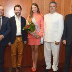 El presidente del Cabildo recibe a la Reina del Carnaval del Hogar Canario Venezolano