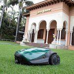 Robot cortacésped que genera abono, reutiliza el agua y no emite ruido en Loro Parque