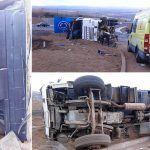 Un camión vuelca en la rotonda del ramal de Fonsalía