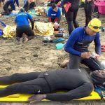 Alumnado de Socorrismo aprende a rescatar a buceadores en la playa de Las Vistas