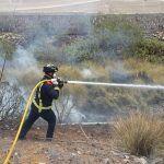 Bomberos de Tenerife extinguen un incendio en rastrojos en San Miguel de Abona