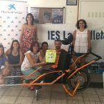 """La Obra Social """"la Caixa"""" colabora con el IES Las Galletas en la adquisición de una silla Joëlette"""