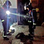 Bomberos extinguen un incendio en un apartamento en Adeje y rescatan a un cazador en El Rosario