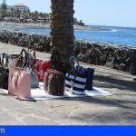 La Policía Local de Arona incauta cuarenta bolsos y carteras de venta ambulante