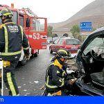 Bomberos intervienen en un accidente en la TF-66 Guaza y un incendio en una nave en San Miguel