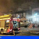 Bomberos extinguen un incendio en un local en Puerto Santiago
