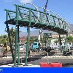 Arona coloca la estructura central de la nueva pasarela accesible de la avenida Chayofita