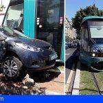 Bomberos de Tenerife interviene en una colisión entre un coche y el tranvía de Santa Cruz