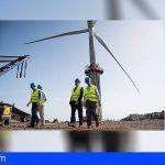 Pedro Ortega visita las obras del primer aerogenerador marino de España