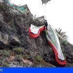 Bomberos rescatan a un parapentista que quedó suspendido en unas rocas en Puerto de la Cruz