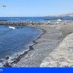 Arona recupera los servicios de hamacas y sombrillas en la playa de Troya y trabaja para dotarla de duchas y aseos