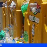 Contenedores desbordados y basura acumulada en la acera en Candelaria
