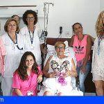 Pacientes de La Candelaria reciben las 'almohadas corazón' de la Asociación de Cáncer de Mama de Tenerife