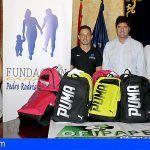 La Fundación Pedro Rodríguez Ledesma entrega en Santiago del Teide mochilas con material escolar