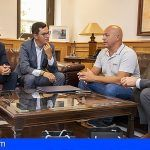 El canario, Andy Ortega, ganador de la Triple Corona de Aguas Abiertas de Nueva York visita la Sede del Gobierno
