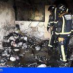 Bomberos intervienen en la extinción de un incendio en San Miguel en un complejo de apartamentos