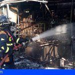 Bomberos de Tenerife extinguen un incendio en un local en Fañabé