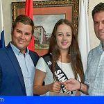 El Alcalde recibe a la candidata de Santiago del Teide al certamen Miss Sur