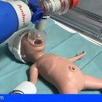 La Candelaria forma a futuros médicos especialistas en reanimación neonatal con un maniquí a escala real