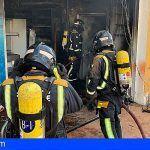 Granadilla | Los bomberos interviene en la extinción de un incendio en un garaje en Charco del Pino