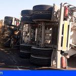 Herido el conductor de un camión de cemento tras volcar en Guargacho
