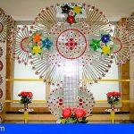 El Hospital de La Candelaria elabora una cruz de material reciclado por la festividad del 3 de mayo