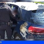Dos hombres roban violentamente a un indigente en el paseo de Las Canteras