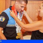 La alcaldesa de Sta. Cruz felicita al policía local que ganó 5 oros en el Mundial en China