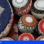 Mujeres de Arona elaboran un manto de 6.000 rosetas que lucirá la Virgen
