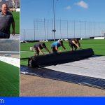 San Miguel dota con césped artificial los campos de fútbol de El Roque y Aldea Blanca