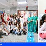 Papá Noel sorprende a los pacientes pediátricos del Hospital de La Candelaria