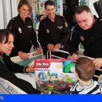 Agentes de la Policía Nacional visitan pacientes pediátricos de La Candelaria y el HUC