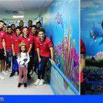 Los niños ingresados en el HUC disfrutaron de la visita del CD Tenerife