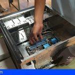 Guía de Isora | El alumnado del PFAE dona un ordenador hecho con piezas recicladas