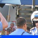 Santa Cruz   Una mujer multada por una infracción de tráfico sustrae dos cascos policiales