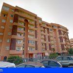 Bomberos de Tenerife rescata a un hombre en Arona tras caer al techo de un parking