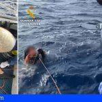 Un golpe de mar lo tiró de su catamarán en Los Cristianos, lo rescatan 25 minutos después