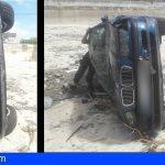 Vuelcan un coche y lo abandonan en una charca sin agua en Guaza