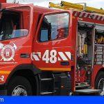 Asisten en Adeje a una mujer con intoxicación por humo tras el incendio declarado en una vivienda