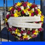 San Miguel coloca una corona de flores en el cementerio municipal en memoria de los padres que ya no están