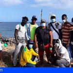 Algunas de las personas que han llegado en pateras malviven actualmente en Playa Las Burras