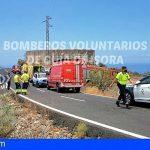 Rescatan a un conductor tras precipitarse en la carretera Guía de Isora-Playa San Juan, en la TF-463
