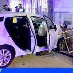 Un herido grave tras colisionar contra una gasolinera en La Camella