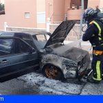Extinguen un incendio en un vehículo en Playa San Juan y trasladan a una mujer herida tras accidentarse en Arona
