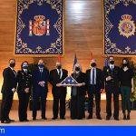 El inspector de la Policía Nacional, Miguel Juan Cerviño, recibe la bandera de Estados Unidos a título póstumo
