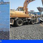 Retiran una embarcación abandonada en la zona de baño de Las Galletas para reforzar su seguridad