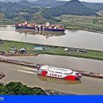 El catamarán Volcán de Taidía cruza el canal de Panamá rumbo a Canarias